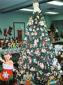 warner christmas teddy bear display in bears and buds teddy bear magazine - Bear Christmas Tree